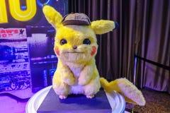 Pikachu ModelWith een mooie rechtopstaande reiziger van een film riep Pokémon-de vertoning die van DetectivePikachu bij bioskoop royalty-vrije stock foto