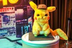 Pikachu ModelWith een mooie rechtopstaande reiziger van een film riep Pokémon-de vertoning die van DetectivePikachu bij bioskoop stock foto