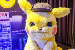 Pikachu ModelWith een mooie rechtopstaande reiziger van een film riep Pokémon-de vertoning die van DetectivePikachu bij bioskoop royalty-vrije stock afbeeldingen
