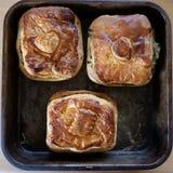 Pikantni kulebiaki na starej wypiekowej tacy Zdjęcia Stock
