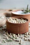 Pikantność: biały pieprz, sól i rozmaryny w małych brown pudełkach, zdjęcie royalty free