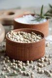 Pikantność: biały pieprz, sól i rozmaryny w małych brown pudełkach, obraz stock
