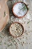 Pikantność: biały pieprz, sól i rozmaryny w małych brown pudełkach, fotografia stock