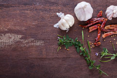 Pikantność czosnku zielarski chili na starym drewnianym tle Zdjęcie Royalty Free