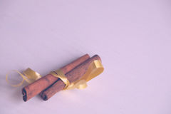 Pikantność dla rozmyślającego wina, cynamon z żółtą taśmą zdjęcia royalty free