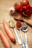 Pikantność i świezi warzywa na drewnianym stole Zdjęcia Stock