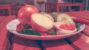 Pikantność i ziele skład na białym talerzu zdjęcia royalty free