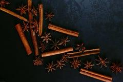Pikantność kijów cynamon i gwiazdowy anyż na starym stole Nieociosany ciemny tło, aromat w górę, makro- obrazy stock