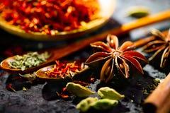 pikantność Różnorodne Indiańskie pikantność na czerń kamienia stole Pikantność i ziele na łupkowym tle fotografia stock