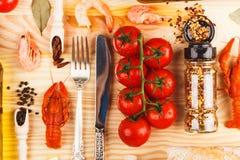 Pikantność, silverware między czereśniowymi pomidorami i nowotwory, obraz royalty free