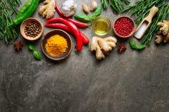 Pikantność, ziele i rozmaity kulinarny składnika tło, obraz royalty free