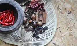 Pikantności i ziele składniki z tradycyjnym pojęciem na drewnianym tle Obraz Royalty Free