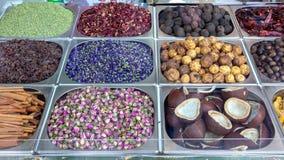Pikantno?? i wysuszony ziele odpieraj?cy na starym rynku, Dubaj, UAE Wzrasta?, suszy? cytryn?, gwiazdowego any?, mennicy, koks po zdjęcie stock
