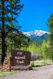 Pikar når en höjdpunkt medborgaren Forest Sign Fotografering för Bildbyråer