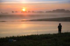 Pike-Jäger auf dem Fluss Stockfotos