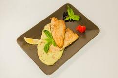 Pike-perch κομμάτια με την άσπρη σάλτσα στοκ εικόνες