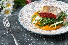 Pike-perch με τον πουρέ και το μάραθο καρότων Τηγανισμένη λωρίδα περκών με το φυτικό πουρέ Στοκ φωτογραφία με δικαίωμα ελεύθερης χρήσης