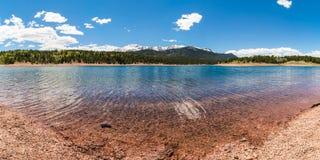 Pikes高峰透明的湖水全景 库存图片