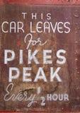 Pikes Peak-antikes Zeichen - Auto-Blätter lizenzfreies stockfoto