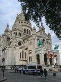 Piket parkerade framme av den Sacre Coeur domkyrkan i Paris, Frankrike Arkivfoton
