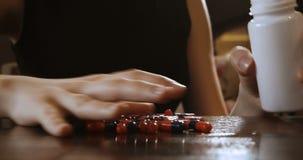 piking从桌表面的药片的妇女 影视素材