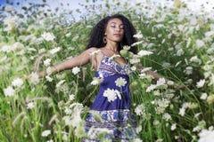 Piękna amerykanin afrykańskiego pochodzenia dziewczyna cieszy się letniego dzień Obrazy Royalty Free