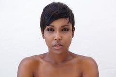 Piękna amerykanin afrykańskiego pochodzenia kobieta z nowożytną fryzurą Zdjęcie Royalty Free