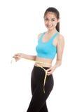 Piękna Azjatycka zdrowa dziewczyna mierzy jej talię Zdjęcie Royalty Free
