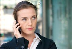 Piękna biznesowa kobieta słucha rozmowa telefonicza na wiszącej ozdobie Obraz Royalty Free
