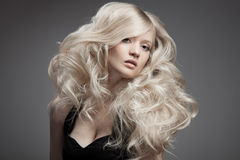 Piękna Blond kobieta. Kędzierzawy Długie Włosy Zdjęcia Royalty Free