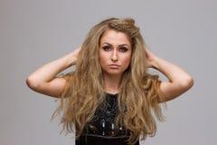 Piękna blondynka z kędzierzawym Zdjęcie Royalty Free
