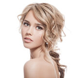Piękna blondynki dziewczyna. Zdrowy Długi Kędzierzawy włosy. Fotografia Stock
