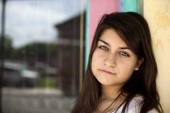 piękna brunetka przygląda się przebijanie Fotografia Stock
