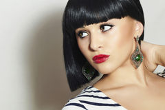 Piękna brunetki dziewczyna. Zdrowy czarni włosy. Bob ostrzyżenie. Czerwone wargi. Piękno kobiety biżuteria Zdjęcia Stock