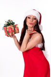 Piękna brunetki Santa dziewczyna trzyma prezenta pudełko. Zdjęcie Royalty Free