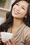 Piękna Chińska Orientalna Azjatycka kobieta Pije herbaty lub kawy Zdjęcia Stock