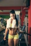 Piękna dysponowana kobieta pracująca w gym out - dziewczyna w sprawności fizycznej Obrazy Stock
