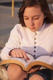 Piękna dziewczyna czyta świętą biblię Zdjęcia Royalty Free