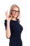 Piękna dziewczyna gestykuluje OK Fotografia Stock
