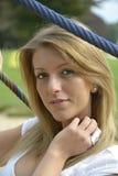 Piękna dziewczyna opiera przeciw kablom Obrazy Stock