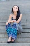 piękna dziewczyna siedzi kroki młodych Zdjęcie Stock