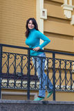 Piękna dziewczyna w błękitnym turtleneck blisko poręcza Obrazy Royalty Free
