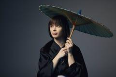 Piękna dziewczyna z Japan parasolem Obrazy Royalty Free