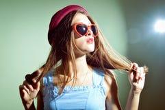 Piękna elegancka romantyczna kobieta patrzeje zadziwiający zdziwionego w 3d szkłach Zdjęcie Royalty Free