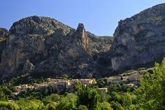 Piękna Francuska górska wioska Moistiers Sainte Maria, Verdon, Francja Zdjęcia Stock