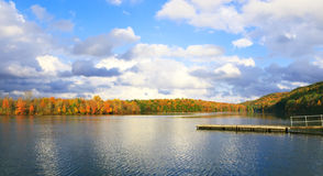 Piękna jesień i jezioro w Pocono gór PA. Fotografia Stock