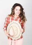 Piękna kędzierzawa dziewczyna w różowych spodniach, szkockiej kraty koszula i kowbojskim kapeluszu, Obrazy Royalty Free