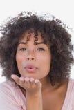 Piękna kobieta dmucha buziaka Zdjęcia Royalty Free