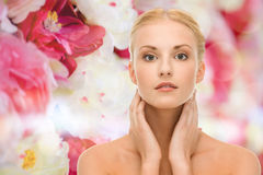 Piękna kobieta dotyka jej twarzy skórę Zdjęcie Royalty Free