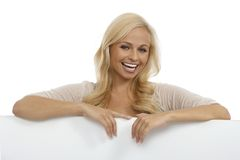 Piękna kobieta ono uśmiecha się za bielu prześcieradłem Obrazy Royalty Free